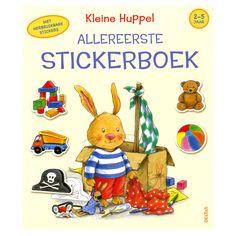 Stickers plakken en tekeningen inkleuren, uw kind is er vast dol op! In dit stickerboek staan een heleboel leuke tekeningen van het leuke konijntje Huppel die aangevuld moet worden met kleurige stickers. Kleine Huppel die in de tuin speelt, een zandkasteel bouwt of een sneeuwpop maakt... uw kind zal het zeker leuk vinden om de stickers op de juiste plaats te plakken. Daarna kan uw kind alle tekeningen mooi inkleuren. Voor urenlang kleur- en plakplezier met kleine Huppel! Afmeting: 24 x 28…