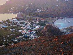 Isola di Vulcano - Vista panoramica dal Cratere Grande sull'istmo di Vulcanello che forma le due baie/spiagge di Levante e Ponente; sulla destra si notano le acque di Levante schiarite dalle emissioni solfuree sottomarine | da Lorenzo Sturiale