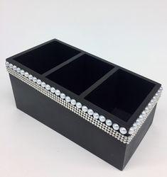 Porta controle em MDF decorado com manta strass e perolas. Possui 03 divisões internas que acomodam até 09 controles. Disponível nas cores Branco e Preto, porem personalizamos conforme sua escolha.  Tamanho: 20x10x10cm