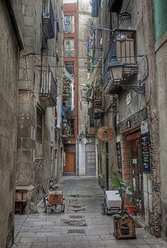 Born, Barcelona alleyway