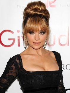 How sophisticated and gorgeous does Nicole Richie look with this high bun hairstyle?!