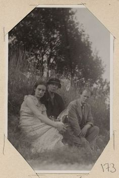 Angelica Garnett, Vanessa Bell and Quentin Bell sit on a hill. Montecassino (Monastery), ca. Virginia Woolf, Duncan Grant, Vanessa Bell, Leonard Woolf, Love's Labour's Lost, Bloomsbury Group, English Writers, Life Philosophy, British Museum