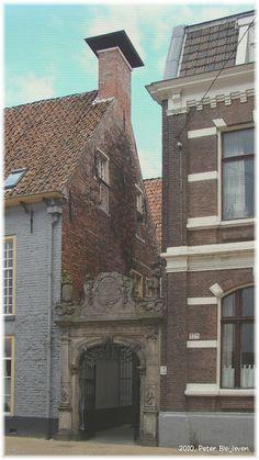 Ingang van Opvangcentrum Het Poortje aan de Roode Weeshuisstraat. Voorheen het Roode- of Burgerweeshuis. Tegenwoordig Appartementen.