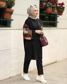 The image may contain: 1 person standing Women Fashion İslami Erkek Modası 2020 Modern Hijab Fashion, Street Hijab Fashion, Hijab Fashion Inspiration, Muslim Fashion, Modest Fashion, Fashion Outfits, Women's Fashion, Kimono Fashion, Korean Fashion