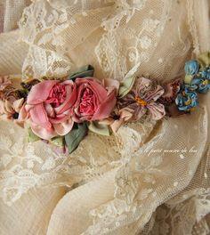 アンティークレース襟、リボンワークのガーランド、白刺繍のボンネット。 - Pagaille*パガイユ