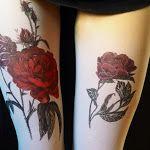 Meias-calças pintadas a mão criam a ilusão de impressionantes tatuagens nas pernas