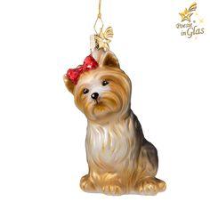 Exklusiver Baumschmuck aus Glas von Käthe Wohlfahrt® Des Menschen bester Freund  Braun-schwarzer Yorkshire Terrier mit roter Schleife am Kopf. Mundgeblasen und von Hand bemalt.
