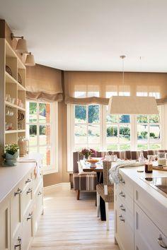 Cocina con vista al office con grandes ventanales al jardín