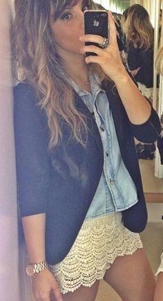 Camisa jeans + shorts renda + blazer preto