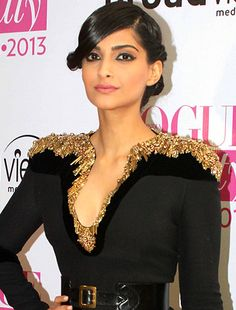 Sonam Kapoor wins Beauty of the Year at Vogue Beauty Awards 2013!