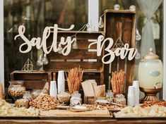New wedding trend: Salty Bar instead of Candy Bar- Neuer Hochzeits-Trend: Salty Bar statt Candy Bar Instead of gummy bears and cotton candy, wedding guests are now served salty snacks. Candy Bar Vintage, Rustic Candy Bar, Wedding Snack Bar, Candy Bar Wedding, Candy Bar Rustique, Snack Station, Bar A Bonbon, Salty Snacks, Wedding Catering