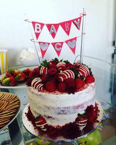 Red velvet cake with cream cheese icing, white chocolate strawberries, raspberries and edible flowers x Cream Cheese Icing, Cake With Cream Cheese, Red Velvet Cake Decoration, Red Velvet Birthday Cake, White Chocolate Strawberries, White Icing, Strawberry Cakes, Edible Flowers, Cupcake Cakes