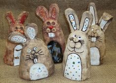 Great idea for pinch and slab construction! Clay Projects For Kids, 3d Art Projects, Kids Clay, Ceramic Animals, Clay Animals, Slab Pottery, Ceramic Pottery, Clay Pinch Pots, Kids Workshop