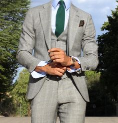 Get a Master Tailor to come to your home or office to get your suits to look like this. Best Suits For Men, Cool Suits, Mens Suits, Grey Suits, Men Warehouse, Elegant Man, Bespoke Tailoring, Sartorialist, Tailored Suits