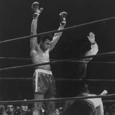 Boxer Muhammad Ali raising his gloves victoriously after knocking out Oscar Bonavena. Location: New York, NY, US Date taken: 1971 Photographer: Bill Ray Sports Illustrated, Kentucky, Alabama, Boxing History, Sting Like A Bee, Float Like A Butterfly, Sport Icon, World Of Sports, Champions