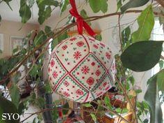 ( Grilles Gratuites ) Vous allez pouvoir ajouter une nouvelle déco brodée à votre Sapin de Noël, cette année Une grosse Boule de neige de 10 cm de diamètre constituée de 18 morceaux. J'ai utilisé de la toile Aïda 7 et brodé le point arrière des gabarits...