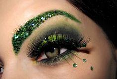 Cool green eye makeup minus the green eyebrow, it's a little too much. Glitter Makeup, Glitter Brows, Green Eyeshadow, Colorful Eyeshadow, Makeup For Green Eyes, Insta Makeup, Cool Eyes, Christmas Makeup, Holiday Makeup