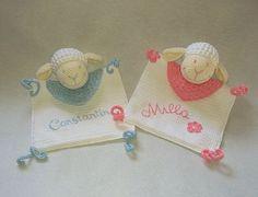 Häkle jetzt für Dein (Enkel-)Kind ein schönes Schnuffeltuch /// Schmusetuch mit einem Schäfchen dran. Mit dem PDF ist das Häkeln ganz einfach. Probiers aus. Crochet Bebe, Diy Fashion, Baby Kids, Diy And Crafts, Crochet Earrings, Coin Purse, Embroidery, Knitting, Pattern