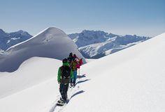 Freeride Hotspot Nr. 1 - in Richtung Grasjoch darf das Herz eines jeden Freeriders höher schlagen – freies Gelände soweit das Auge reicht! Dort befindet sich auch die längste Varianten-Abfahrt des Montafons! Sichere Bedingungen vorausgesetzt, kann man auf 1500 Höhenmetern von der Zamangspitze (2386 m) bis nach St. Gallenkirch die Oberschenkel zum Glühen bringen. #silvrettamontafon #skiing #freeride #neverstopexploring