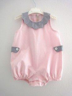 Barboteuse en tissu rayure, rose et blanc, en 100% coton. Elle a un col festonné en batiste de coton à pois fuchsia et sur fond gris. Les 2 pattes sur le côté sont en même tis - 1386192