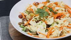 Try our homemade cauliflower and carrot slaw with honey-curry vinaigrette recipe. Chili Recipes, Veggie Recipes, New Recipes, Salad Recipes, Healthy Recipes, Favorite Recipes, Cheese Sauce For Cauliflower, Cauliflower Recipes, Salad Kits