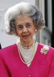 """""""Belgian queen , widow of king Baouduin died today. E' morta le regina Fabiola, vedova di Baldovino"""" Madrid, Royalty, Pearl Necklace, Brooch, King, People, Image, Princesses, Fashion Ideas"""