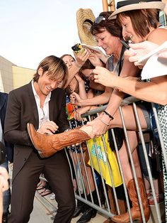 GIVE HIM THE BOOT! photo | Keith Urban so sweet to his fans! :)