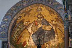 La Cattedrale di Messina Il mosaico dell'abside centrale  Il mosaico raffigura Cristo benedicente con il vangelo in mano. Rimasto intatto nel terremoto del 1908, fu invece danneggiato durante i bombardamenti della seconda guerra mondiale. Fu ricostruito riproducendo l'originale.
