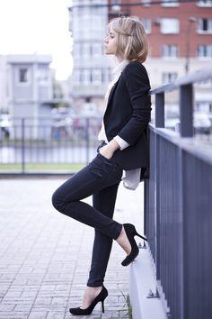 ¿Quién dijo que los vaqueros no sirven para ir a la oficina? Combinados con unos stilettos  discretos y una chaqueta, son perfectos!