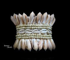 Conchiglia Armband Tribal armillo miscelati Shell tessuto cravatta Boho Hippie bohemien bracciale Bracciale braccio bracciale di BorneoHunters su Etsy https://www.etsy.com/it/listing/229501900/conchiglia-armband-tribal-armillo