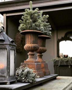 Weihnachten im Garten ? Christmas Greenery, Cozy Christmas, Rustic Christmas, Christmas Holidays, Christmas Decorations, Xmas, Holiday Decor, Garden Urns, Decoration Inspiration