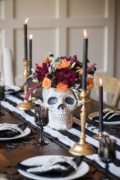 Table Halloween, Halloween Table Decorations, Halloween Dinner, Halloween Home Decor, Halloween Birthday, Holidays Halloween, Halloween Crafts, Vintage Halloween, Spooky Halloween