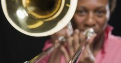 Cómo alcanzar un Do agudo en el trombón . Los trombonistas producen sonidos al hacer zumbidos con sus labios contra la boquilla del trombón. La boquilla clarifica el sonido y el resto del instrumento lo amplifica. El intérprete puede ajustar el tono con una vara de acorde, es decir, un pequeño tubo que se desliza de afuera hacia adentro de un tubo aun más grande, en lugar de usar teclas ...