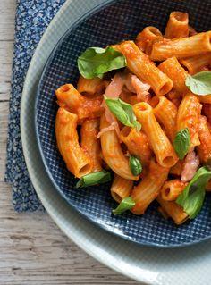 En hurtig og super lækker opskrift på pastapenne med en cremet tomatflødesauce røget laks og basilikum - få opskriften her