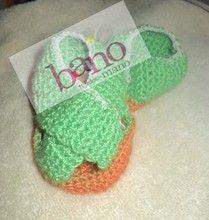 Escarpín tejido con forma de chinela color verde y naranja (Knit baby booties slipper shaped, color green and orange)