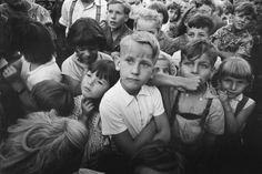 """Arno Fischer fotografierte die """"Kinderschar"""" 1957 in Ostberlin © Arno Fischer"""