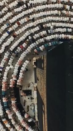 This is the view of Masjid ul Haram Madina Saudi Arabia 🇸🇦. People are offering prayer and the view is captured with the help of a drone camera 🎥 exactly from the above of the Ka'abatuLLAH Shareef. Islamic Wallpaper Hd, Mecca Wallpaper, Quran Wallpaper, Islamic Images, Islamic Pictures, Islamic Art, Islamic Videos, Islamic Quotes, Islamic Prayer