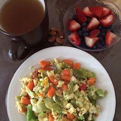 Dos claras de huevo y uno entero con vegetales, te verde con gengibre, almendras y frutas