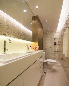 Banheiro em tons de branco bege e bronze armário espelhado e revestimento. Love it  @_decor4home @homeluxoimoveis Projeto by Fabrica Arquitetura e Foto by Thiago Freire.