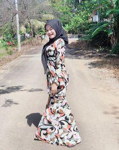 "❶❾ di Instagram ""Perut kenyang, hati manyak senang😛"" Beautiful Hijab, Beautiful Women, High Neck Dress, Instagram, Dresses, Fashion, Turtleneck Dress, Vestidos, Moda"