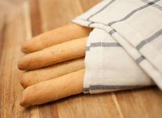 Italiaanse broodstengels; een lekker bijgerecht voor bij de hoofdmaaltijd. Dip de stengels in de olijfolie, saus of schraap er de restjes mee van je bord.