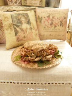 Chapeau rétro miniature rose vieilli et « sali », Fleurs fanées, Accessoire de mode pour maison de poupée, échelle 1/12 by AtelierMiniature on Etsy