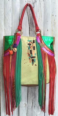 Cartera Nikea  http://www.carolinadecunto.com/cartera-cuero-flecos-largos-arte/