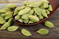 Cardamom is packed with antioxidants. There are two kinds of cardamoms, green and black. Cardamom Benefits For Health it helps to improve digestive health. Home Remedies For Gastritis, Cardamom Benefits, Chai, Valeur Nutritive, Food Poisoning, Nutrition, Ayurveda, Turmeric, Feel Better