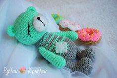 Вязаный медвежонок Сплюшка подарит крепкий сон вашему малышу. Схема вязания игрушки амигуруми крючком представлена на нашем сайте.