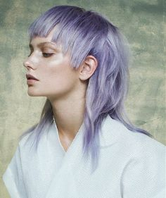 coupe de cheveux femme mi long aux reflets violets et a la frange degradée asymétrique