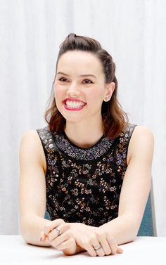 Daisy Ridley: 90% teeth :)