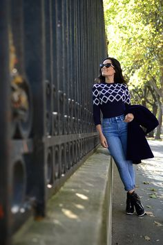 Street style com jeans skinny casaco de veludo azul marinho e botas de verniz preta com salto branco. Bolsa Valentino e óculos Dior. Body de maga longa Alaïa