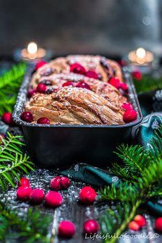 Weihnachtsbrioche mit Marzipan, Nüssen und Cranberries von lifeisfullofgoodies