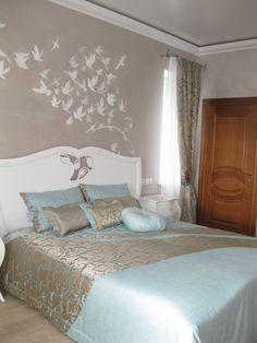 Воздушная спальня. Нежно голубой цвет. Комплект подушек,покрывало и декоративные шторы.